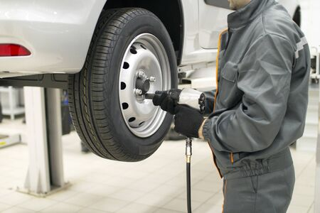 Tire service.Automatic fastening of wheel bolts.