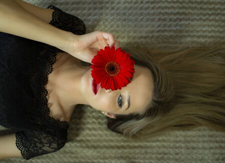 Portrait of a girl with a red gerbera flower Stockfoto - 149516125