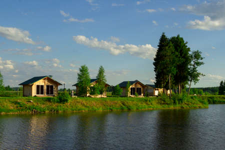 Wooden houses located on the lake shore are used for outdoor picnics with family or friends. Stockfoto
