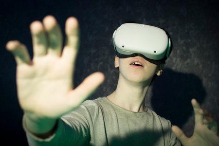 A teenager wearing virtual reality glasses .Technologies of the future. Zdjęcie Seryjne - 161950541