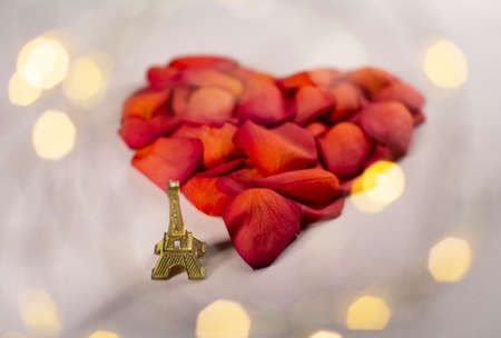 Heart of red rose petals on a pink background. The Eiffel Tower as a symbol of romance. Zdjęcie Seryjne - 161951496