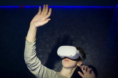 A teenager wearing virtual reality glasses .Technologies of the future. Zdjęcie Seryjne - 162588389