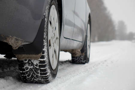 A car on a winter road. The concept of safe driving. Imagens