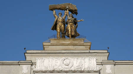 bronze statue on a main entrance of VDNKh, Moscow in sunny day 에디토리얼