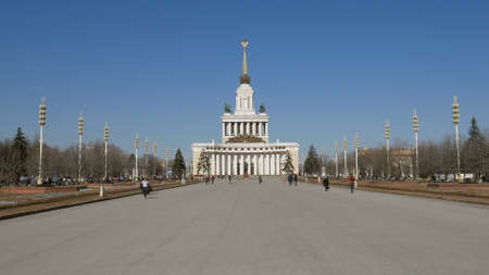 road to a main pavilion of VDNKh, Moscow in sunny day 에디토리얼