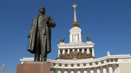Lenin monument is on background of main pavilion of VDNKh, Moscow 에디토리얼