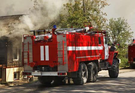 voiture de pompiers: d'extinction d'incendie dans Kungur. Kra� de Perm. Russie