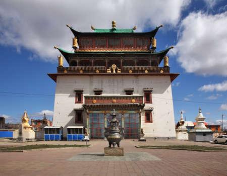 사원의 Boddhisattva Avalokiteshvara입니다. 울란바토르의 Gandantegchinlen 수도원. 몽골리아 스톡 콘텐츠