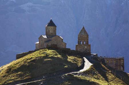 Gergeti Trinity Church near the village Stepantsminda. Georgia Banco de Imagens