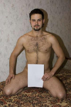 desnudo masculino: Hombre desnudo con papel blanco