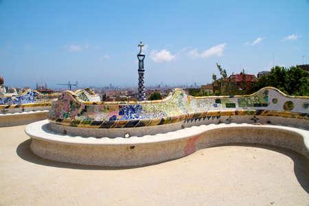 BARCELONA - május 27-én: A szürreális Güell park Antoni Gaudi, Barcelona egyik legnépszerűbb turisztikai látványosságok - Színes padon díszített mázas kerámia mozaikok Május 23, 2011, Barcelona