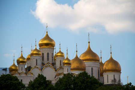 kremlin: De Annunciatie kathedraal (links) en de Maria Hemelvaart-kathedraal (rechts) in Kremlin van Moskou, Rusland. Stockfoto