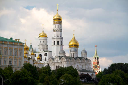 kreml: View of Moscow Kremlin with golden domes and Spasskaya tower