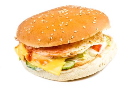 白で隔離されるハンバーガー