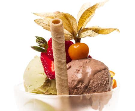 ヨーグルト、チョコレート アイス クリーム ボウルのクローズ アップ