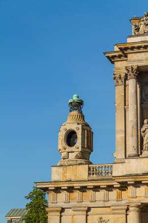 neocl�sico: Varsovia, Polonia - Iglesia de los Carmelitas en la famosa calle Krakowskie Przedmiescie. Arquitectura neocl�sica. Foto de archivo