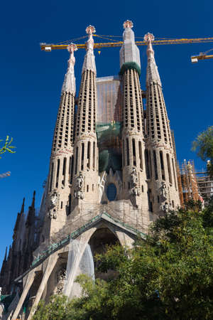espanya: BARCELONA SPAIN - OCTOBER 28: La Sagrada Familia - the impressive cathedral designed by Gaudi, which is being build since 19 March 1882 and is not finished yet October 28, 2012 in Barcelona, Spain.