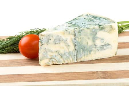 ブルーチーズ、白で隔離のくさび