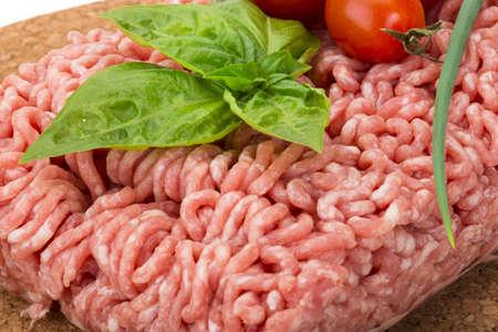 opvulmateriaal: Vlees vulling met basilicum geïsoleerde