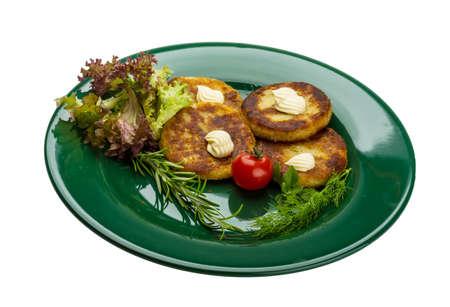 papas doradas: Papitas fritas con hierbas en la placa Foto de archivo
