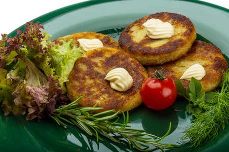 hash browns: Papitas fritas con hierbas en la placa Foto de archivo