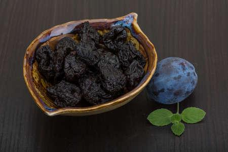 pruneau: Les prunes s�ch�es dans le bol avec prune fra�che Banque d'images