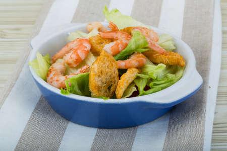 ensalada cesar: Ensalada César con camarones y hojas icebergs