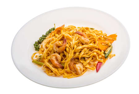 mie noodles: Fried noodles with shrimps and vegetables isolated