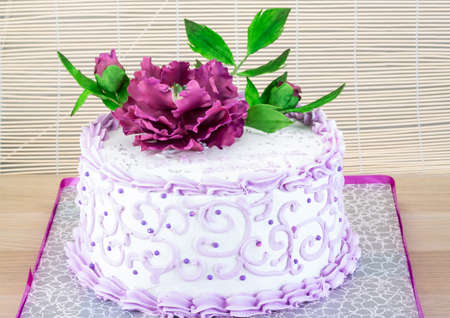 pion: Wedding cake with flower - pion on wood