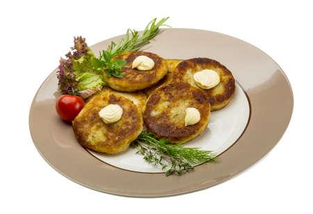 hash browns: Croquetas de patata con hierbas en la placa