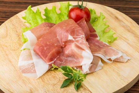 Prosciutto italien aux feuilles de salade et au basilic Banque d'images