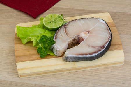 tilapiini: Raw blue shark steak with salad leaves and lime