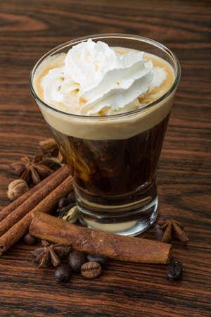 Koffie capuccino met room en kaneel en steranijs