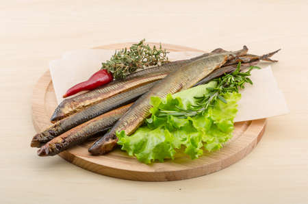 manjar: Lamprea ahumada - manjar de mariscos con ensalada y hierbas Foto de archivo