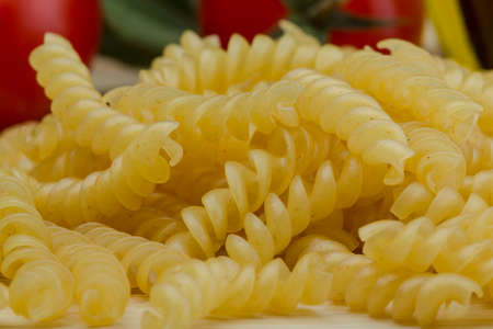 rotini: Rotini pasta cruda en el fondo de madera