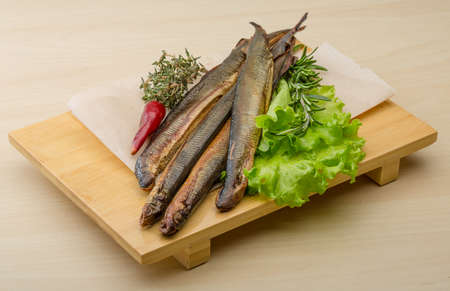 delicadeza: Lamprea ahumada - manjar de mariscos con ensalada y hierbas Foto de archivo