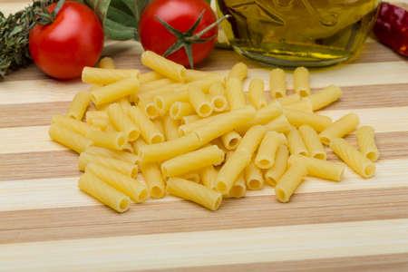 ridged: Raw rigatoni pasta with herbs and oil