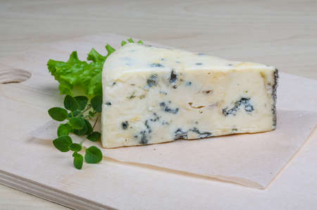 roquefort: Blue cheese with oregano and salad leaves