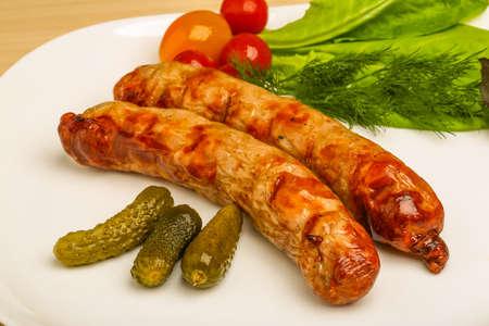 alcaparras: Salchichas a la parrilla servido pepinos, las alcaparras y las hojas de ensalada