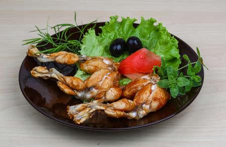 rana: Ancas de rana fritas con oliva, hierbas y especias