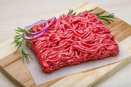 生の牛肉ミンチ肉とローズマリーとタマネギ