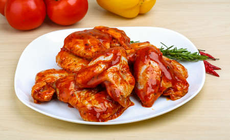 pollo: Alitas de pollo en salsa de tomate rojo con romero Foto de archivo