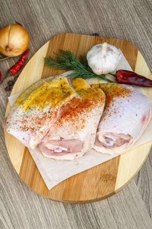 muslos: Pollo crudo muslos con piment�n, el eneldo y garlik Foto de archivo