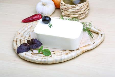 cabras: Feta rebanada de queso en el tablero con hierbas