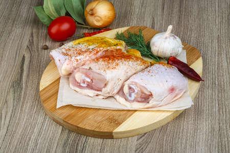 thighs: Pollo crudo muslos con pimentón, el eneldo y garlik Foto de archivo