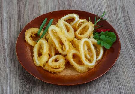 calamares: Tempura - anillos de calamar sirvieron de cebolla y rucola hojas verdes