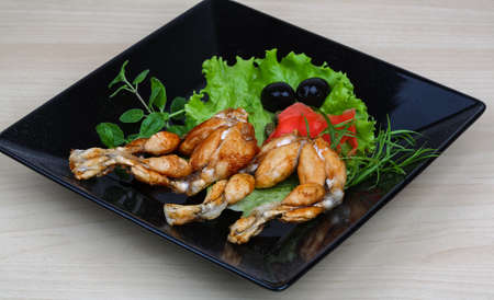 grenouille: Jambes rôti grenouille avec des herbes et des épices Banque d'images