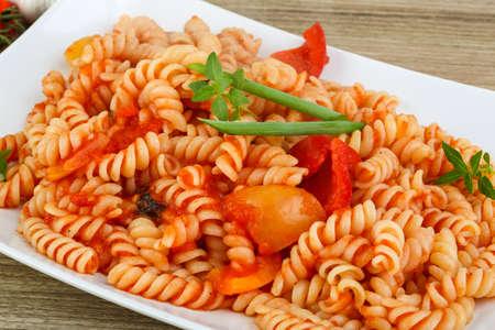 pastas: Pasta con tomate, cebolla verde y hojas de albahaca