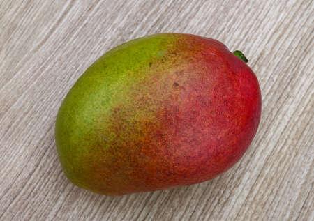 mango: Świeże dojrzałe owoce mango na tle drewna Zdjęcie Seryjne
