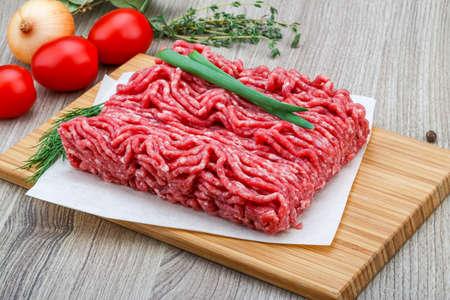 緑のポッシェとディルのみじん切りにした牛肉肉 写真素材